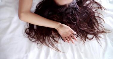 close-up de cabelo de mulher sexy na cama video