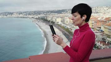 donna castana ha videochiamata da tablet touch screen video