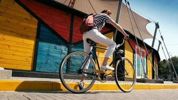 giovane donna cavalcando una vecchia bici vintage in città video
