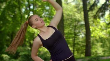 donna fitness stretching all'aperto. allenamento fitness nel parco estivo video