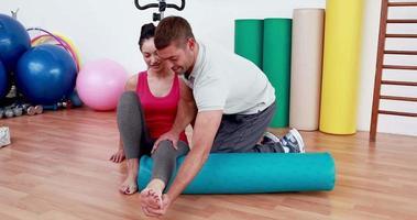 Trainer arbeitet mit Frau auf Trainingsmatte video