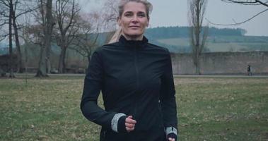 Mettre en place une femme en bonne santé sur le jogging dans le parc