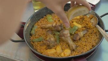 mulher comendo paella com frango em restaurante video