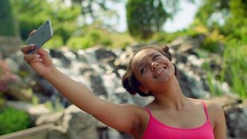 lateinische Frau, die selfie Foto macht. Selfie Frau video