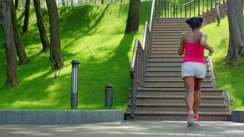 donna africana correre su per le scale. donna grassa che corre su per le scale. donna di perdita di peso