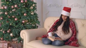 véspera de ano novo feminino relaxando em apartamento video