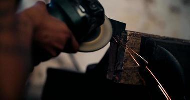 Artesano trabajando hábilmente un molinillo en un taller sucio video