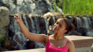 Selfie Mädchen. Frau Selfie im Freien. Mädchen, das Selfie im Park nimmt. Selfie Frau
