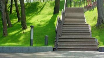 donna africana che corre giù per le scale al rallentatore. donna latina corre al piano di sotto