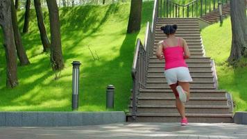 donna latina correre al piano di sopra. vera donna che corre su per le scale. esercizio di perdita di peso