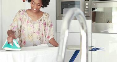 mujer sonriente planchando su ropa video