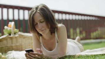 vrouw messaging op een telefoon
