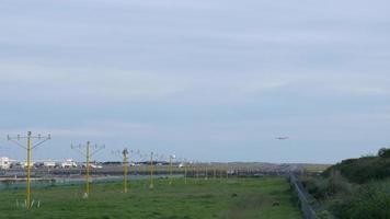 Propellerflugzeug startet Sydney Flughafen bei grauem Wetter 4k