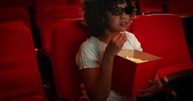 jeune femme, regarder, film effrayant