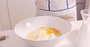 mulher assando com ovo e farinha video