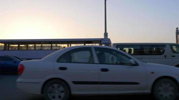 vista do trânsito ao pôr do sol na estrada principal dos eua dubai 4k
