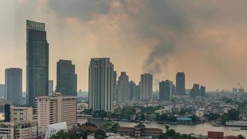 thailand zonsondergang bangkok rivier verkeer branden gebouw panorama 4 k time-lapse video