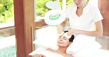 massaggiatrice pulizia viso donna con tamponi di cotone