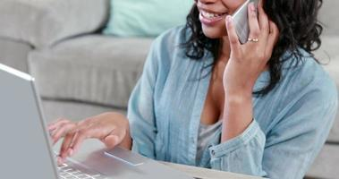 femme heureuse, utilisation, ordinateur portable, pendant, appel