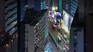 Lasso di tempo di 4 k di incrocio di traffico intenso dal tetto a hong kong cina