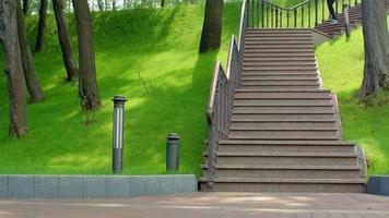 donna bionda che corre giù per le scale al rallentatore. esercizio di perdita di peso