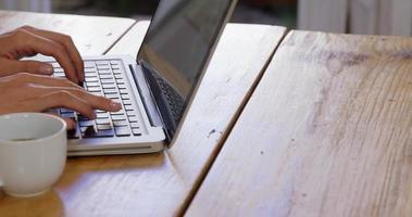 loira bonita usando laptop na cozinha video