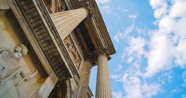 klassieke tempel en snelle wolken video