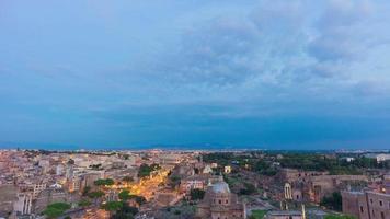 Italia tramonto tempesta cielo crepuscolo altare della patria sul tetto panorama del foro romano 4K lasso di tempo