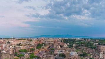 Italia tramonto tempesta cielo altare della patria sul tetto panorama del foro romano 4K lasso di tempo