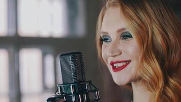 chanteur de jazz avec maquillage sur scène au microphone de concert. lèvres rouges