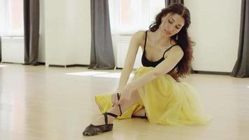 la ragazza sta allacciando le scarpette da ballo