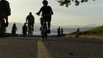 grupo de ciclistas em frente ao oceano vancouver video