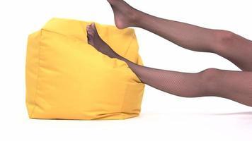 Füße liegen auf Kissen.