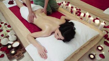 mulher morena recebendo massagem na parte superior do corpo