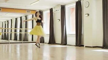 chica vestida con traje con corsé está bailando
