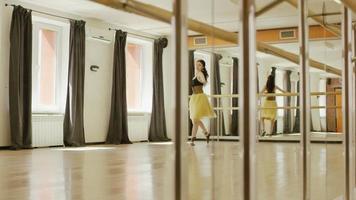 Mädchen, das Kostüm mit Korsett trägt, tanzt