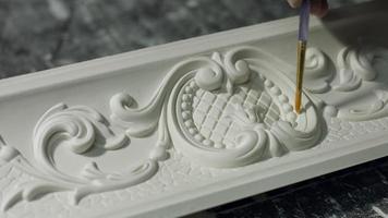 ornamento su cornice in gesso.
