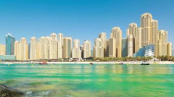 VAE sonniger Tag Dubai Marina Jbr Strand Panorama 4k Zeitraffer video