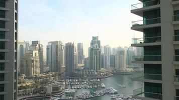 Laps de temps du golfe à la lumière du jour depuis la marina de Dubaï video