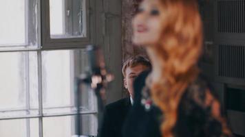cantante femminile attraente esibirsi sul palco, ballare. sassofonista. duetto jazz video