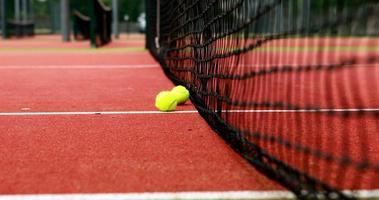 bolas de tênis batendo na rede