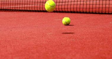 bolas de tênis batendo na quadra