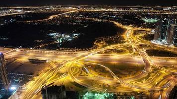 4 km Zeitraffer von einer verkehrsreichen Kreuzung in Dubai City