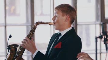 duetto jazz sul palco. sassofonista. cantante attraente al microfono. musica