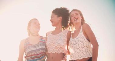 passeando com amigos na praia nas férias de verão