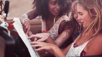 Straßenfahrten Afro-Mädchen und Freund überprüfen Richtungen auf einer Karte video