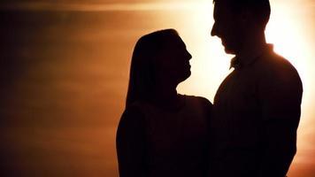 Mann, der Freundin bei Sonnenuntergang vorschlägt