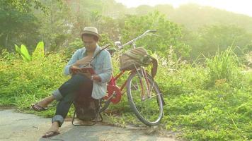 un uomo seduto sulla collina