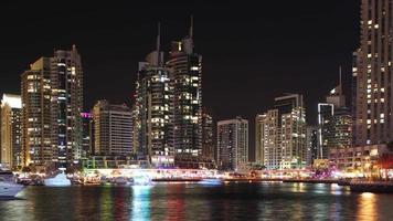 lapso de tempo noturno de 4k do golfo da marina de dubai video