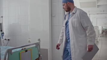 Arzt besucht Patientin